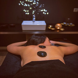 Massage aux pierres chaudes pour se relaxer au Spa Nomade spa et bauté à Brest